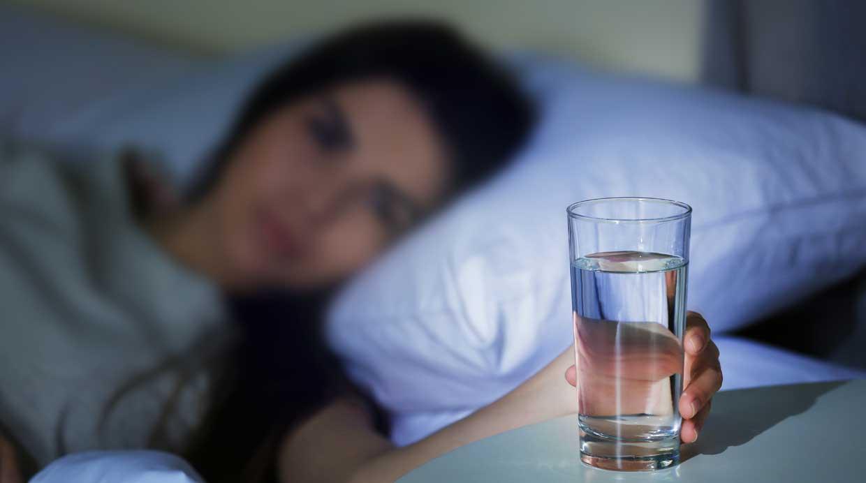можно ли пить воду сразу перед сном ночью